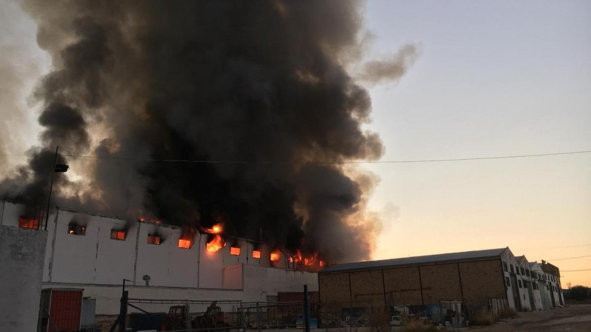 Un incendio arrasa una fábrica de barnizados y puertas de cocina en Lucena