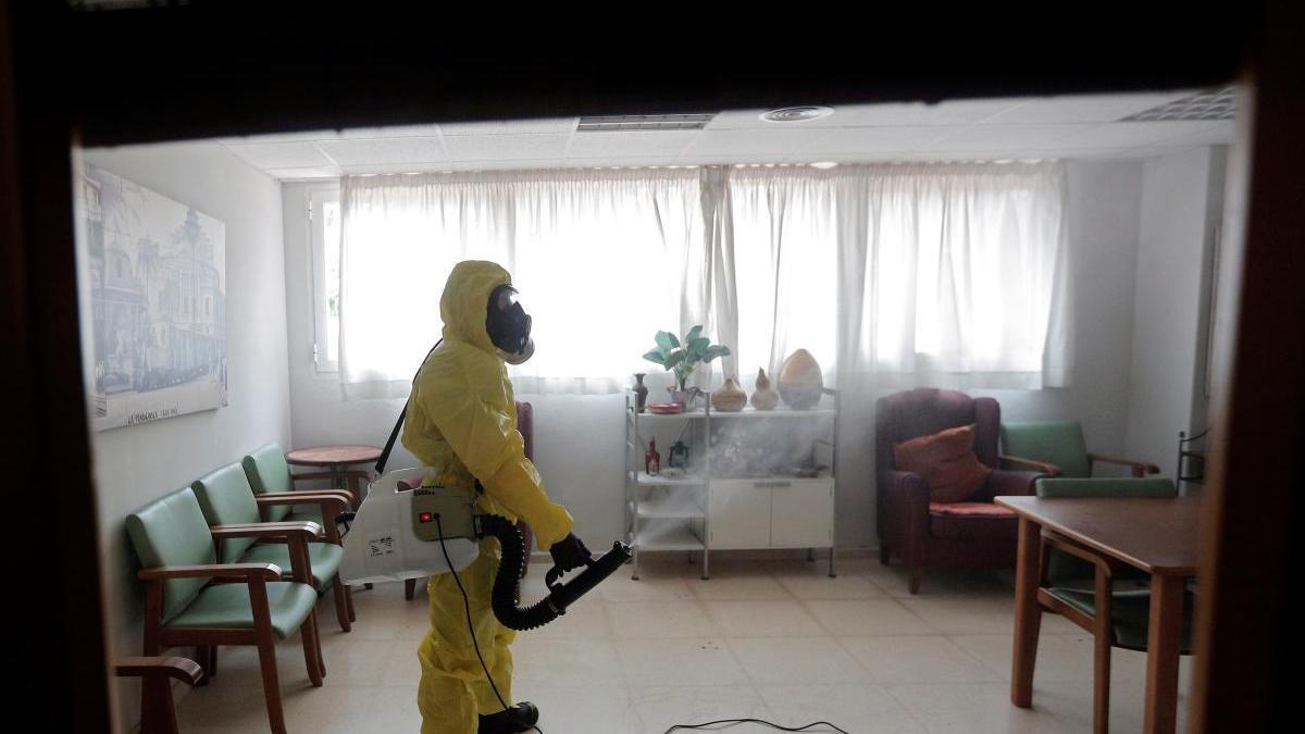 Operarios desinfectan de covid-19 una residencia de ancianos.