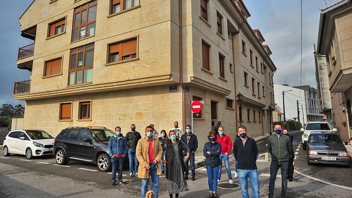 Propietarios afectados, con el edificio a sus espaldas.     // IÑAKI ABELLA