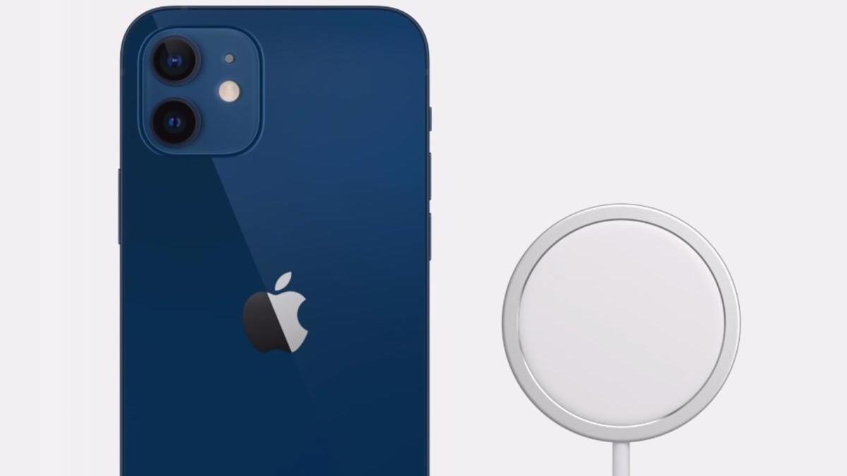 El iPhone 12 y el cargador con MagSafe.