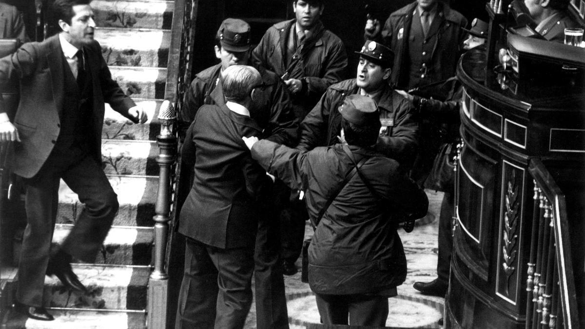 Adolfo Suárez intenta socorrer al vicepresidente y teniente general Gutiérrez Mellado, zarandeado por un grupo de guardias civiles en presencia de Tejero.