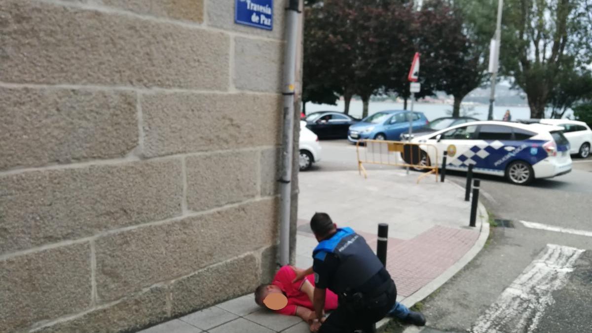 Un agente moañés socorriendo al hombre.
