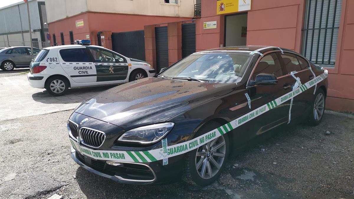 El coche del presunto asesino y suicida, esta mañana en el cuartel de la Guardia Civil en Cangas // Julio Santos