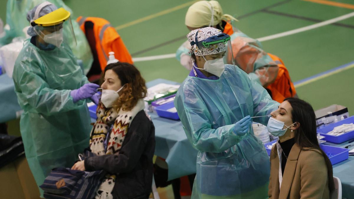 Estudiantes de la Universidad de Santiago se someten a pruebas PCR.