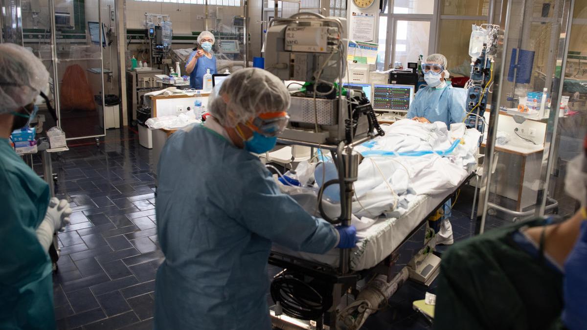 Professionals sanitaris atenent un pacient amb covid-19 en a l'Hospital Clínic de Barcelona.