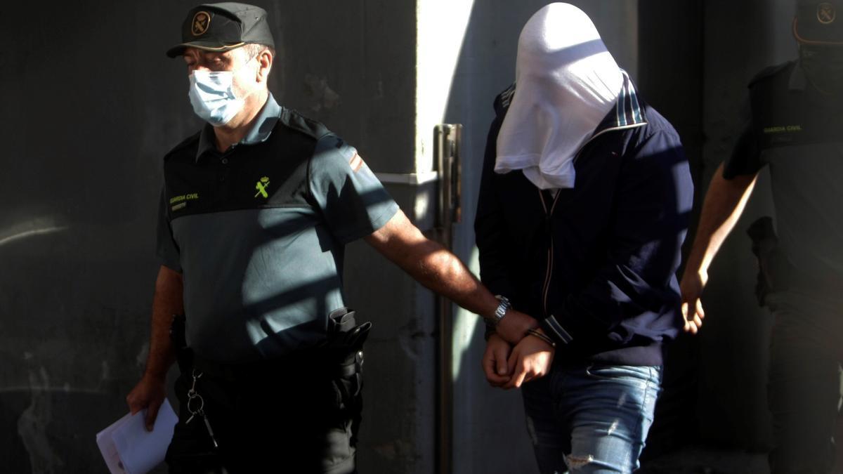 Uno de los tres encarcelados por el crimen de Samuel Luiz, hoy a su llegada, escoltado, a los juzgados de A Coruña.