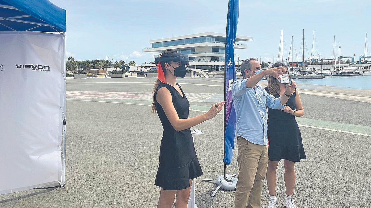 Vicente Domingo, director del CEMAS, disfruta de la experiencia 5G aplicada al turismo.