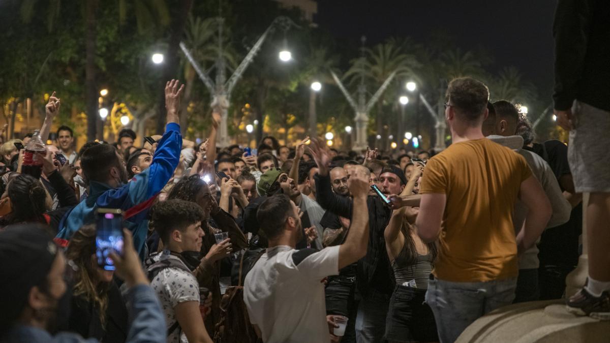 Varios jóvenes reunidos y en ambiente festivo, en una calle de Barcelona, durante la primera noche sin el estado de alarma, a 9 de mayo de 2021.