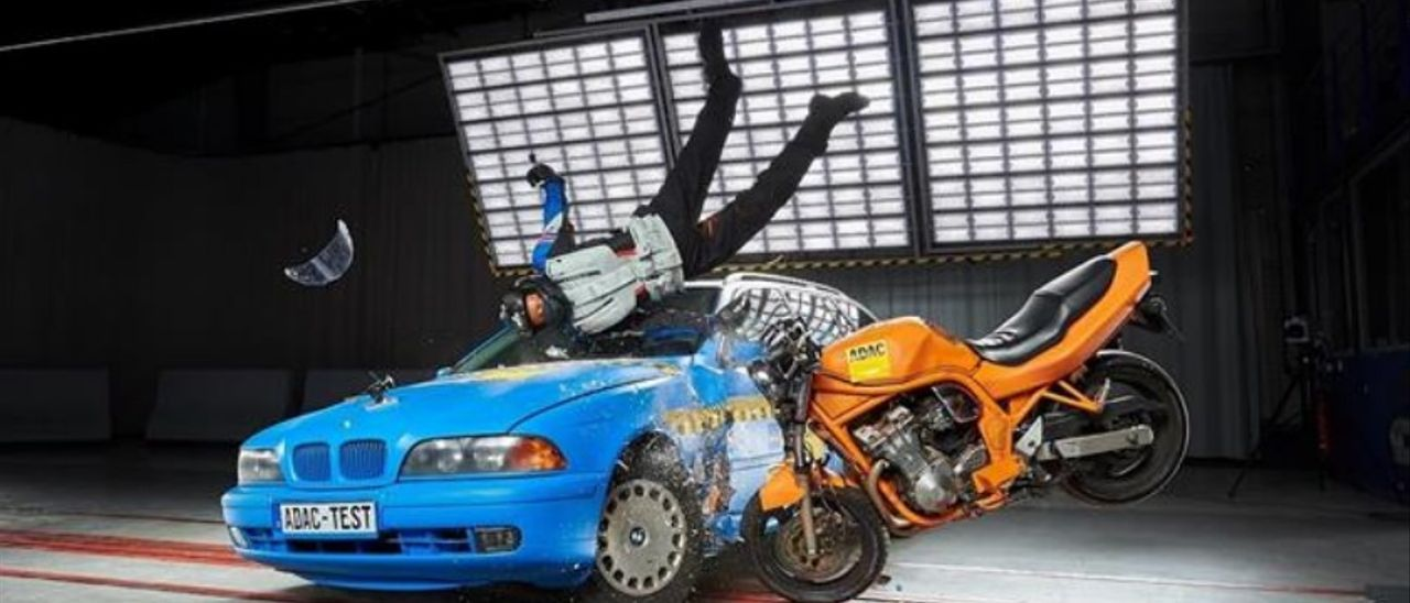 Un momento del test de impacto con ropa de protección para motoristas.