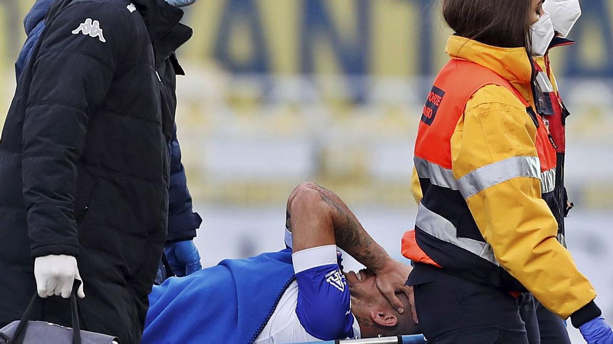 El Toro Acuña es retirado en camilla el pasado sábado tras su lesión de rodilla en Villarreal. | GABI UTIEL/MEDITERRÁNEO