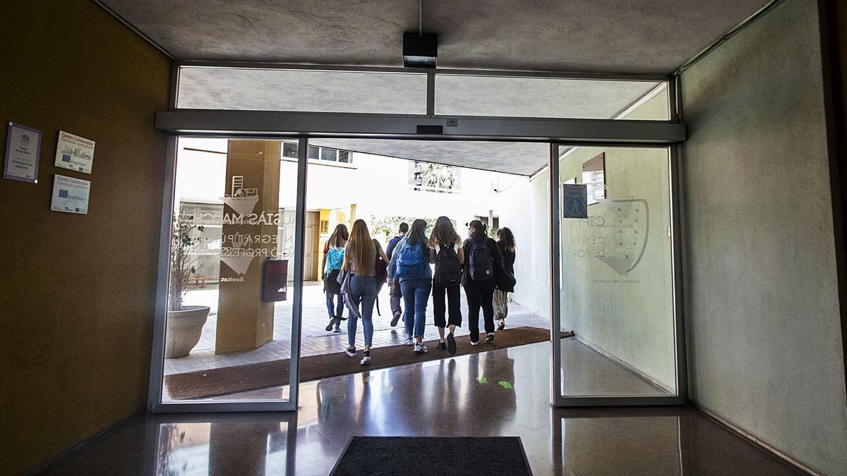 Varios estudiantes de Secundaria y Bachillerato salen de clase en un instituto valenciano durante el curso pasado.  | GERMÁN CABALLERO