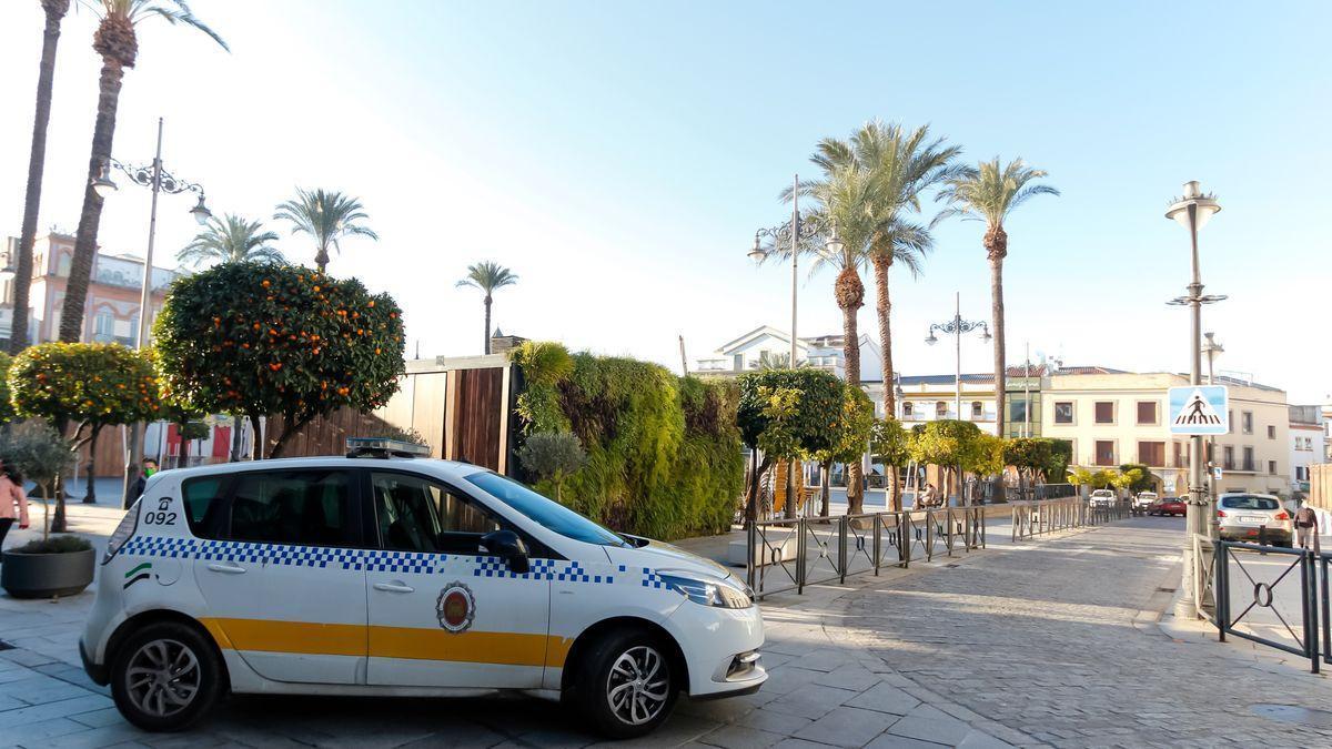 Coche de la policía local aparcado en la plaza de España de Mérida.