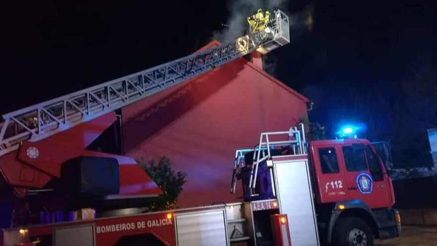 Incendio urbano en Dimo (Catoira)