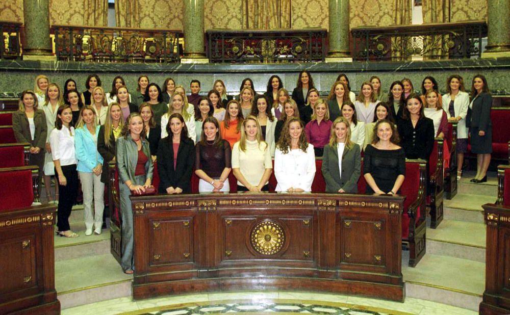 Corte 2001. Las candidatas mayores posan en una sesión fotográfica en el hemiciclo del ayuntamiento durante las pruebas con el jurado.