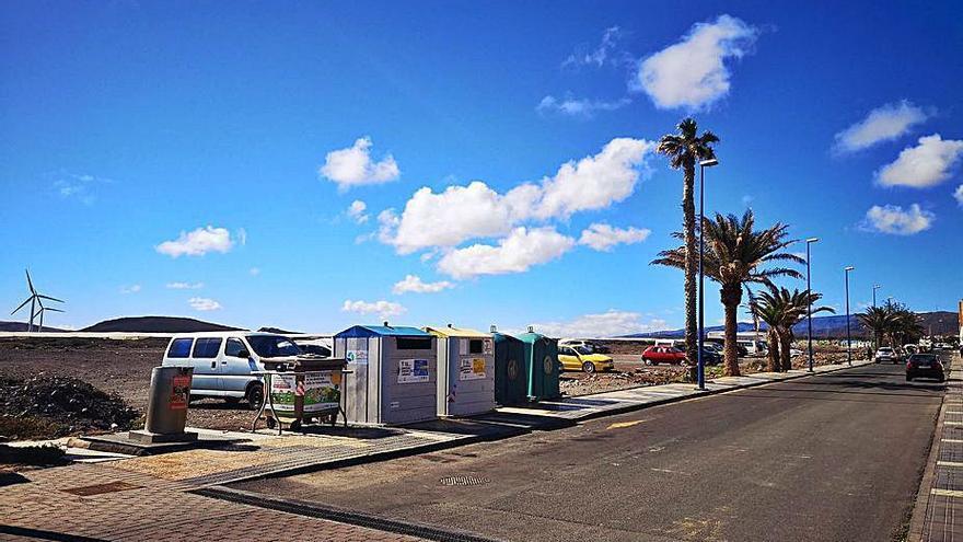 El grupo de gobierno realiza tareas de desinsectación en la playa de El Burrero