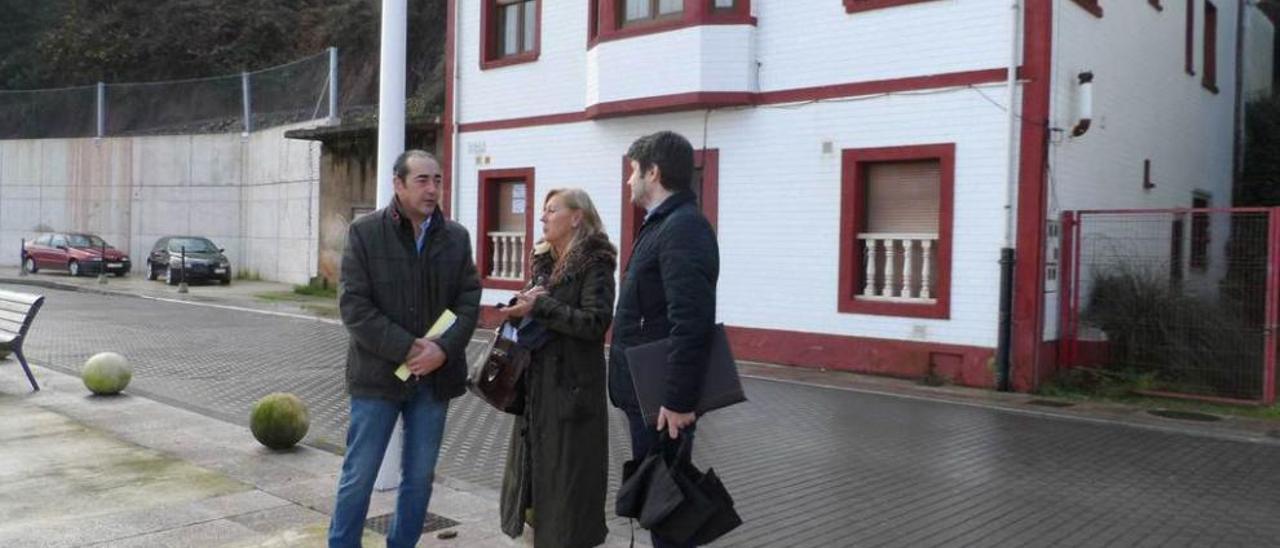 Fernando Goñi, Alicia Prendes y José Ramón Fernández, ayer en el paseo marítimo de Candás.