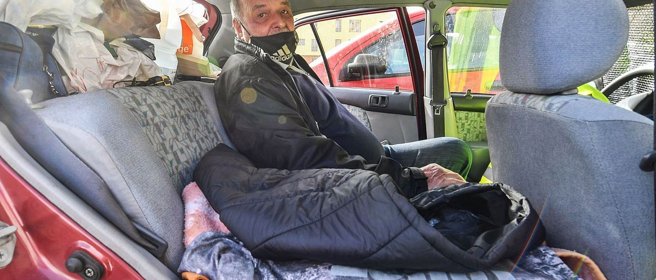 Wolf Clemens, en el asiento trasero de su coche, en donde duerme.