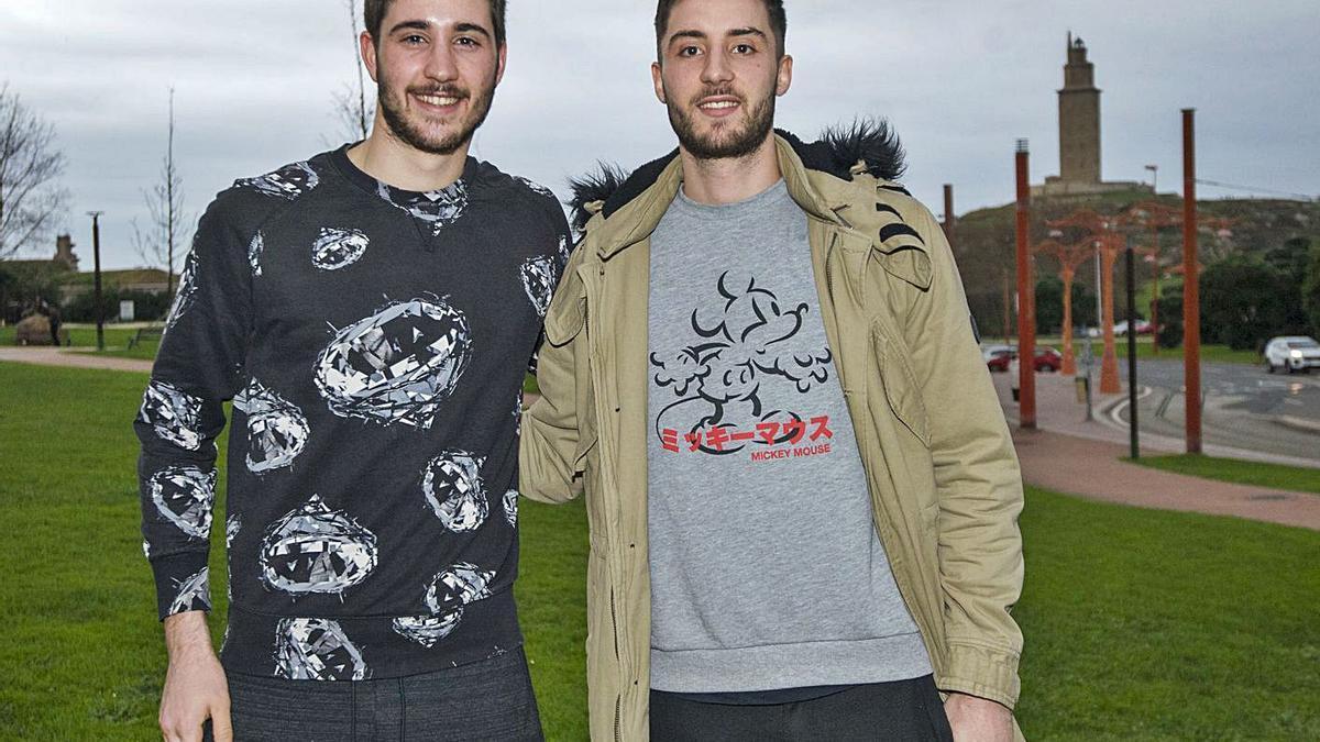 Bruno di Benedetto junto a su hermano mellizo, el liceísta Roberto, en A Coruña. |  // CASTELEIRO/ROLLER AGENCIA