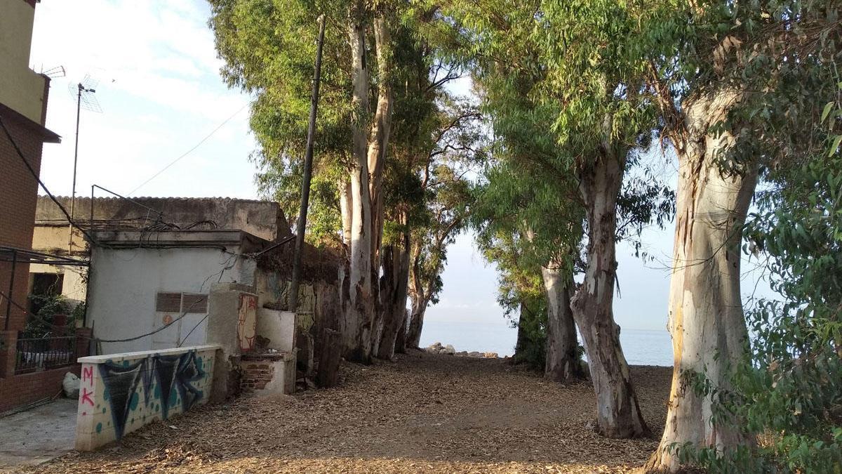 El transformador ayer, junto a casas de vecinos, la tapia de Nereo y la del antiguo camping.