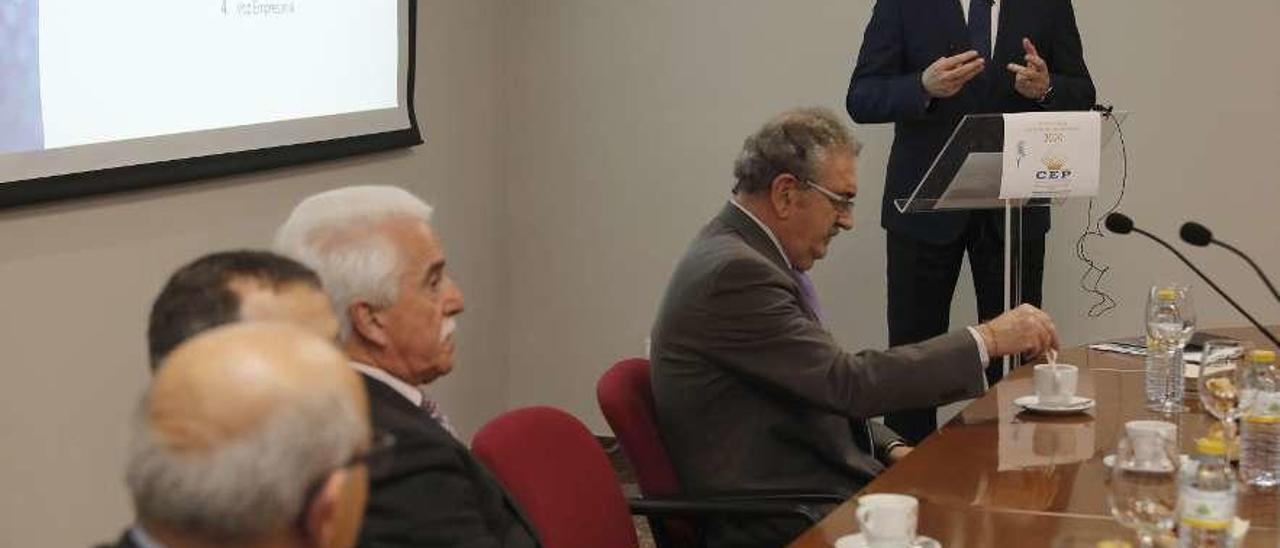 Cebreiros, de pie, junto al resto de la junta directiva de la CEP, ayer. // José Lores