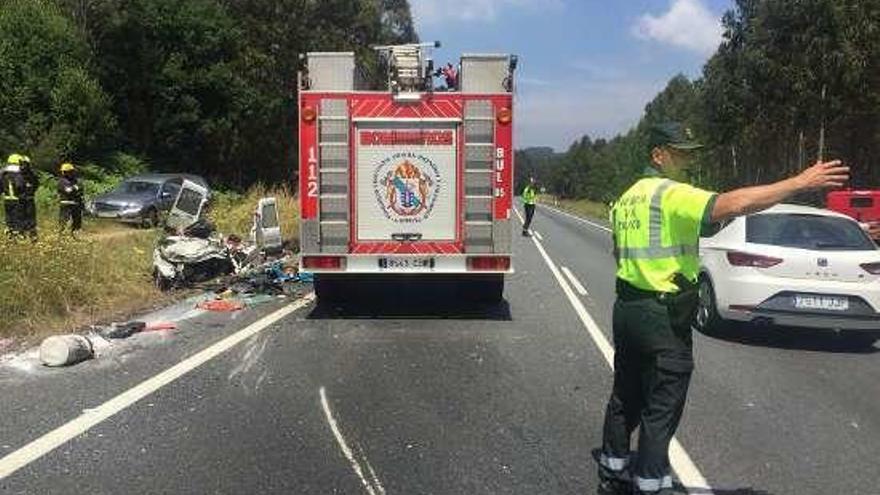 Muere una pareja de octogenarios al chocar con un camión en Mesía