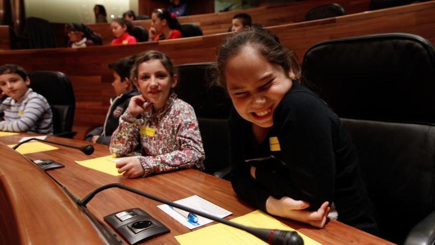 Los niños asturianos reclaman medidas contra el acoso escolar en su día como diputados