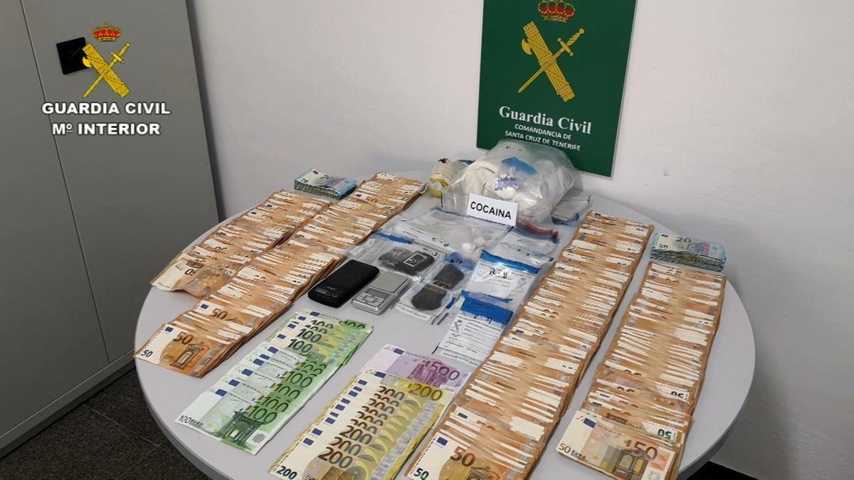 Dinero y droga intervenida por la Guardia Civil.