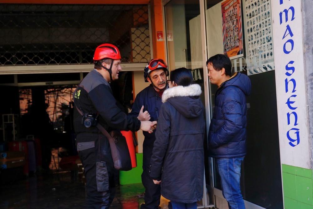 Policía científica y bomberos de Oviedo participan en la investigación que trata de esclarecer las causas del incendio de Pumarín.