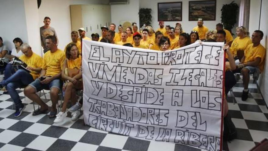 Los trabajadores muestran su malestar en el pleno