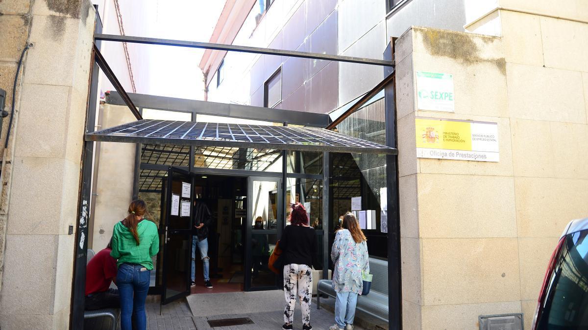 Personas esperando ante la oficina del Sexpe.