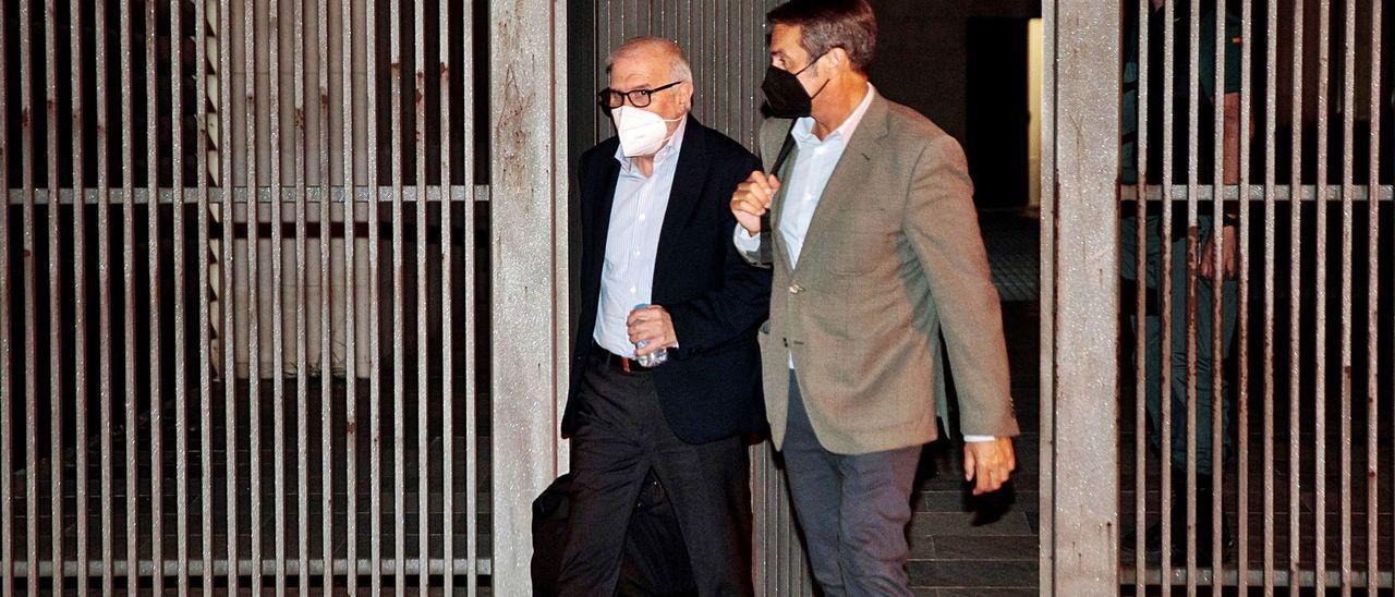 Uno de los detenidos, el empresario Federico Ferrando (izquierda), al quedar en libertad con cargos tras declarar ante la juez, junto a su abogado
