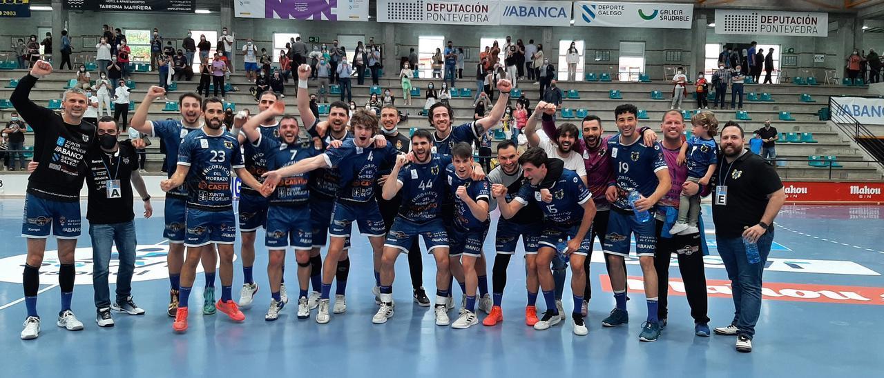La plantilla y el cuerpo técnico del Cangas festejan ayer en O Gatañal la victoria ante Ademar León.