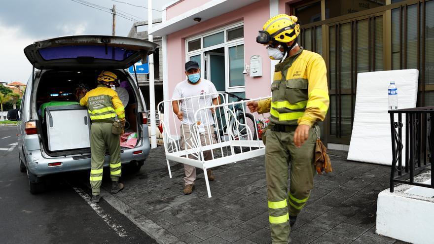 Los vecinos de La Palma intentan sacar algunas pertenencias mientras el volcán sigue arrojando magma