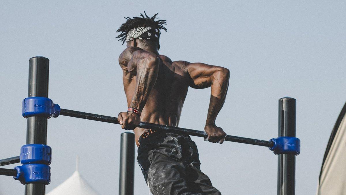 Un hombre hace ejercicio al aire libre.