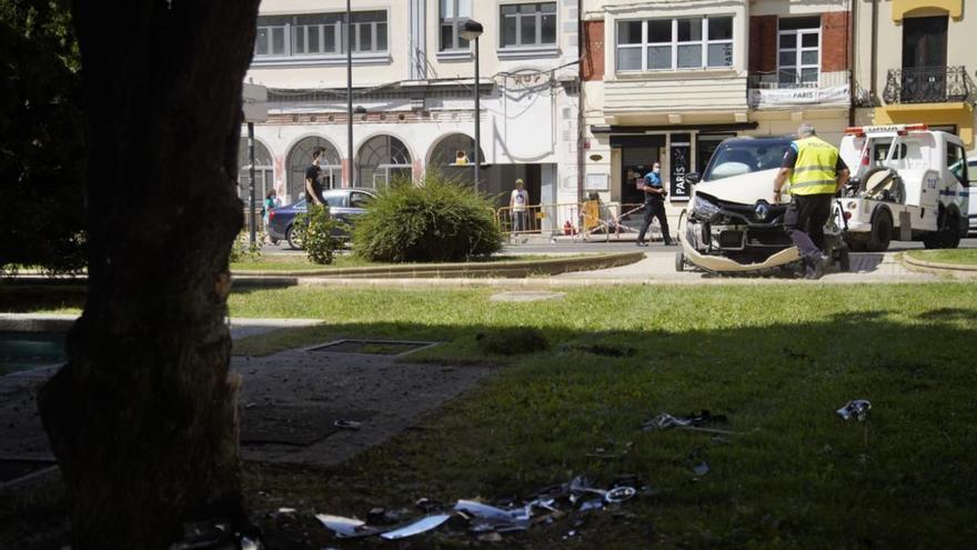 Estado del coche y el árbol contra el que ha chocado un turismo en Zamora.