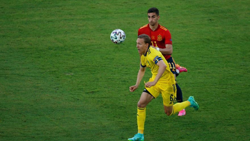 Augustinsson llega a Sevilla desde Bremen para cerrar su fichaje