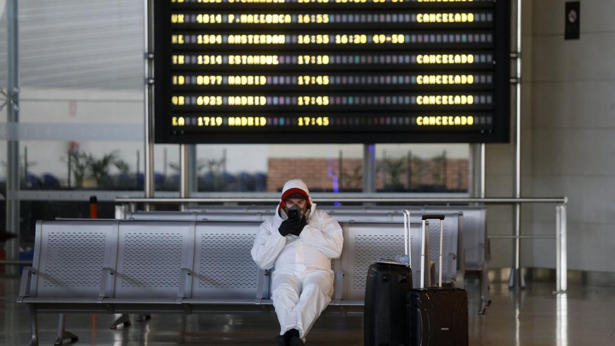 Panel de vuelos cancelados por la crisis del coronavirus en el aeropuerto de Valencia