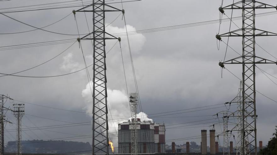 La rebaja de la luz a la gran industria vuelve a aplazarse y no tendrá fondos hasta 2021