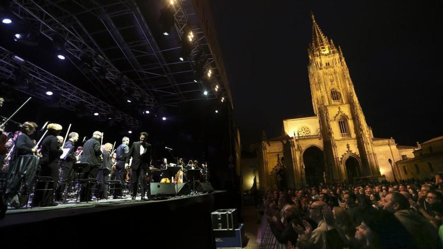 Auserón y Oviedo Filarmonía, un fino paseo por el pop a los pies de la Catedral