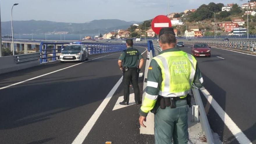 Usuarios de la AP-9 evitan que una mujer se tire al vacío desde el puente de Rande