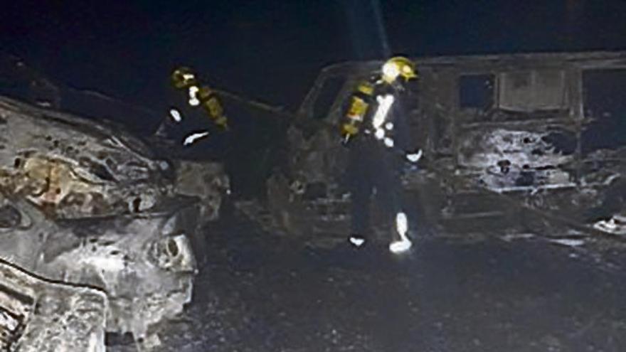 Un incendio calcina más de 50 vehículos en un desguace de Lousame