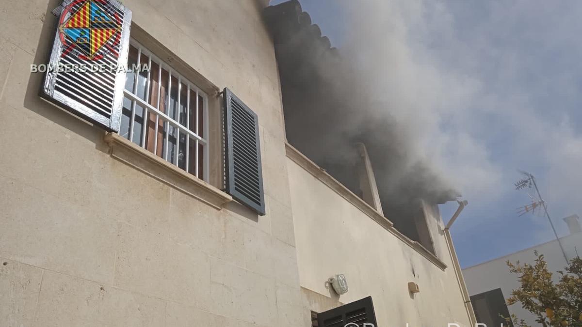 El incendio provocó una gran humareda.