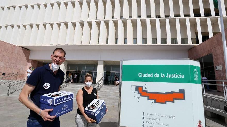 Los padres de Lucía Vivar entregan 127.000 firmas para reabrir el caso