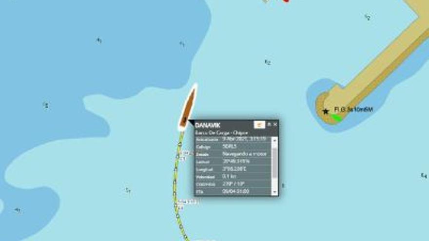 Salvamento Marítimo remolca un buque de carga varado en el puerto de Alcúdia