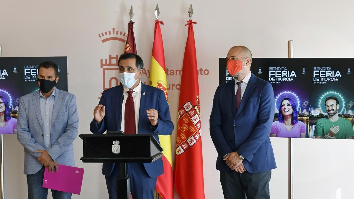 El alcalde de Murcia, José Antonio Serrano, en la rueda de prensa acompañado por el vicealcalde, Mario Gómez, y el concejal de Cultura, Turismo y Deportes, Pedro García Rex