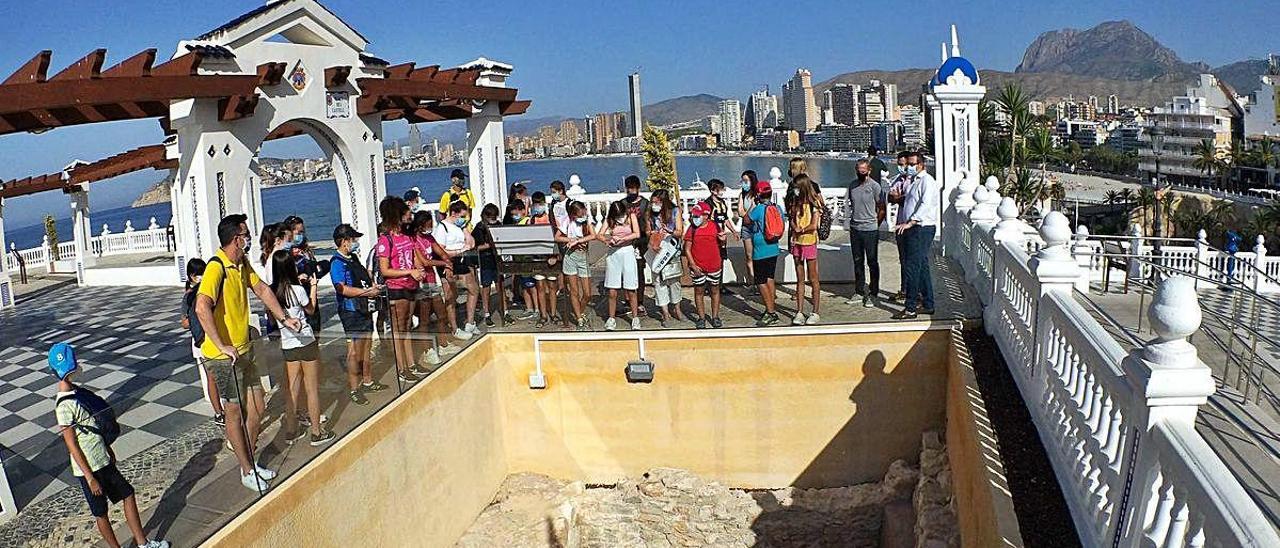 Un momento de la visita que giraron  ayer al Castell los jóvenes participantes de «Verano 2020».