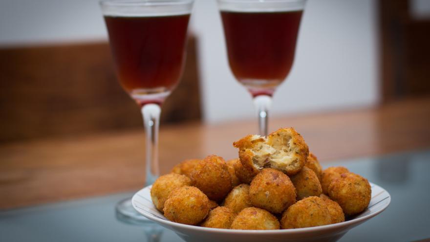 Buñuelos de bacalao con corazon tierno de queso y salsa de vino tinto