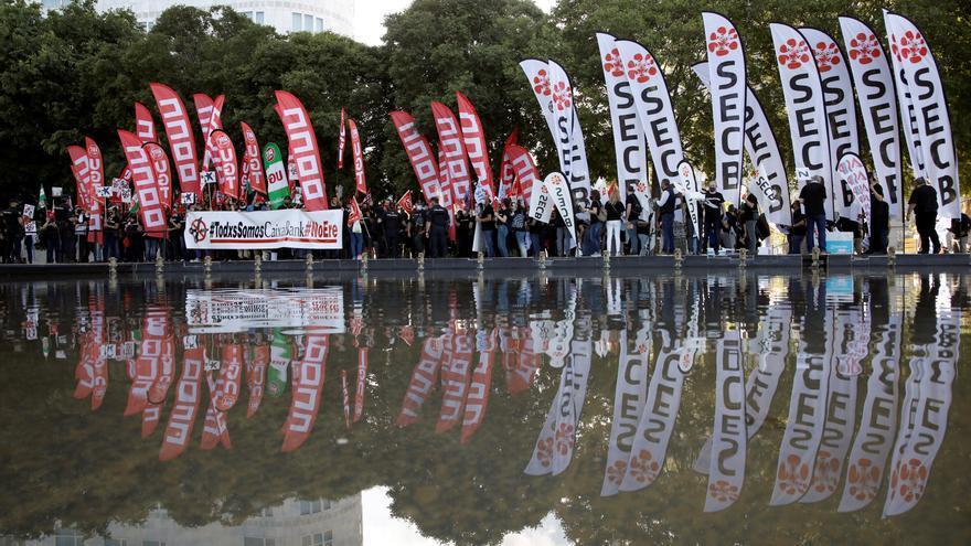 Uns 400 treballadors protesten a València contra l'ERO de CaixaBank