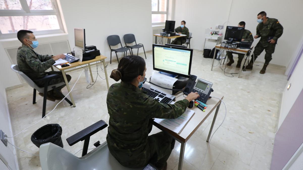 Los rastreadores militares realizan llamadas, en una de sus primeras jornadas de trabajo, en octubre.