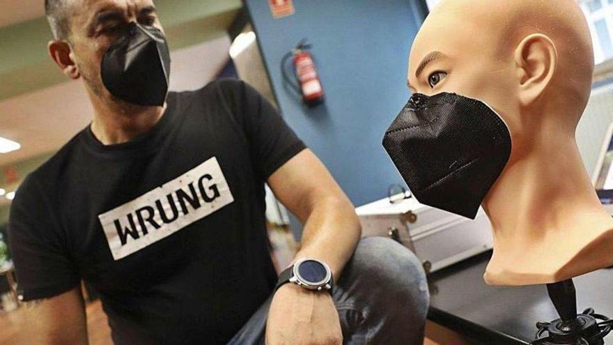 Un asturiano crea una mascarilla magnética que funciona sin gomas